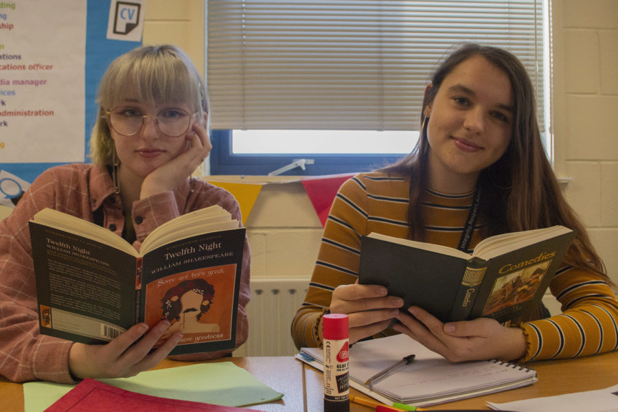 English Literature - Students with Shakespeare books